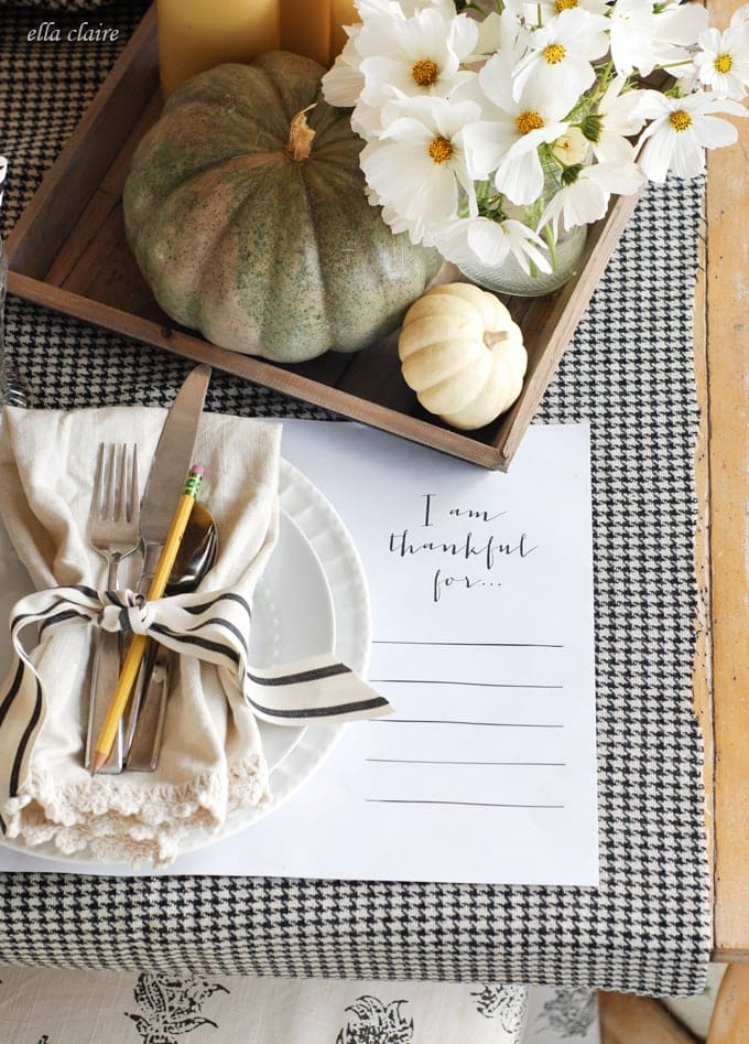 I love this Thanksgiving tablescape! Free printable placemats.