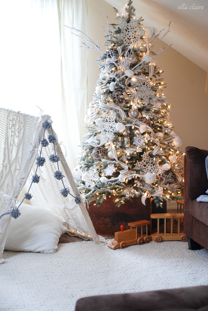 winter wonderland tree I love this warm and cozy Christmas tree - How To Decorate A Christmas Tree - Ella Claire