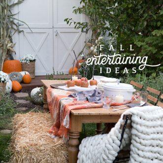 Simple, rustic autumn tablescapes perfect for a cozy Fall family dinner outdoors #caramelapples #centerpieces #burlap #farmhouse #neutral #farmhouse #vintage #familydinner #entertaining