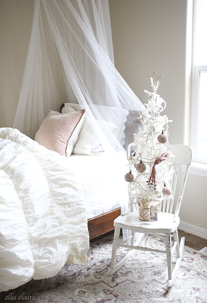 girls-vintage-christmas-room