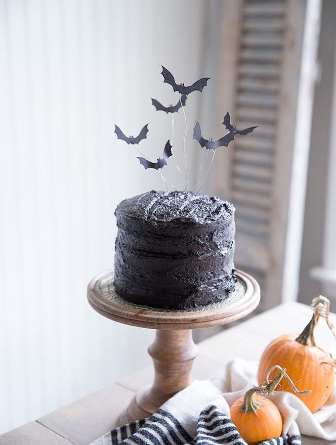 Free Printable flying bat cake topper and easy tutorial- a unique and spooky halloween treat!