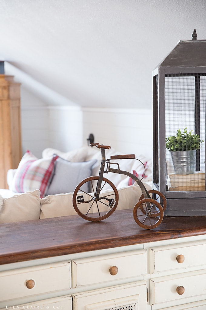 vintage bicycle Christmas decoration in cute Christmas family room