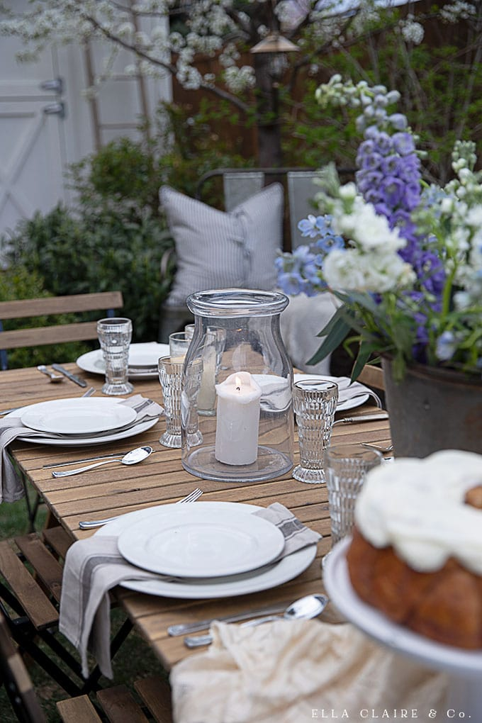 14 Spring tablescape Ideas for beautiful outdoor entertaining. Simple and inexpensive ideas to create relaxing and unique dinner parties and barbecues this summer.