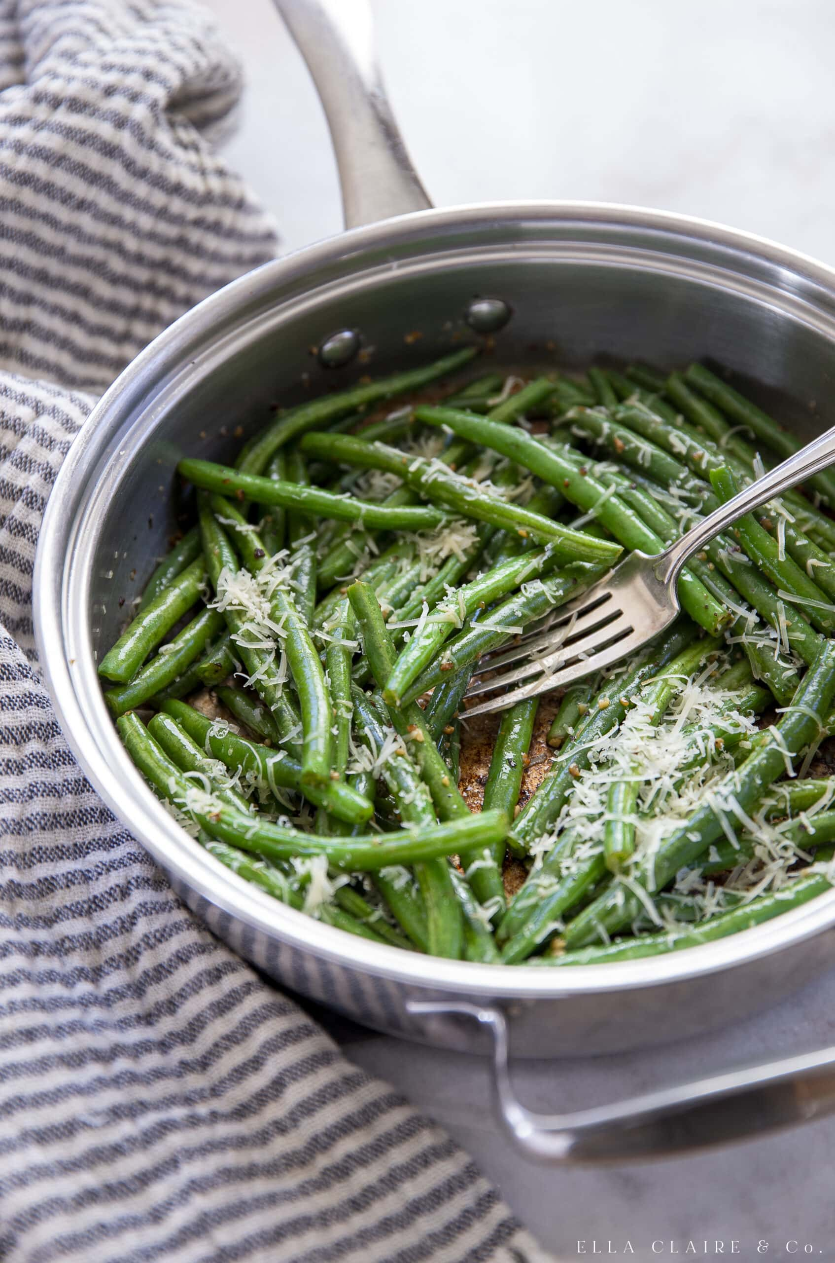 Cooking green beans in skillet